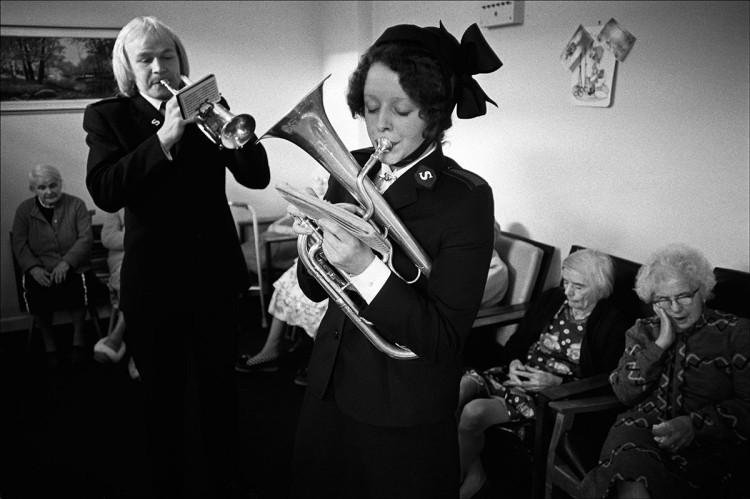 Członkowie Armii Zbawienia podczas występu w domu opieki, Accrington, fot. Patrick Ward