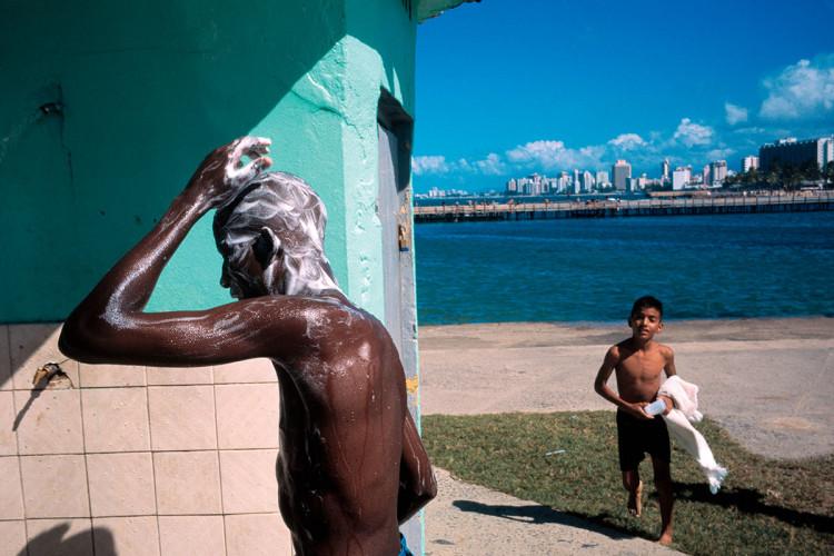 Uliczny prysznic, San Juan, Puerto Rico, fot. David Alan Harvey