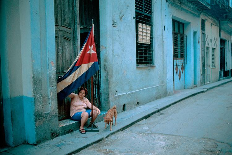 """Hawana, Kuba, fot. David Alan Harvey""""Flaga zapowiada spotkanie Komitetu Obrony Rewolucji. Członkowie zbierają się i rozmawiają o tym, że potrzebują większej ilości żarówek lub aspiryny, albo czegokolwiek innego"""""""
