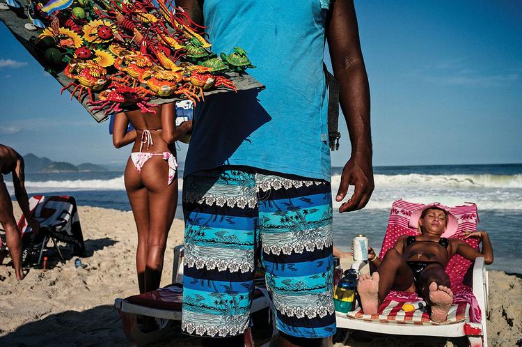 """Rio de Janeiro, Brazylia, fot. David Alan Harvey""""Typowy sprzedawca pamiątek na plaży Copacabana wraz z dziewczyną w bikini w kadrze. Bardzo trudno mi się tam pracowało!"""""""