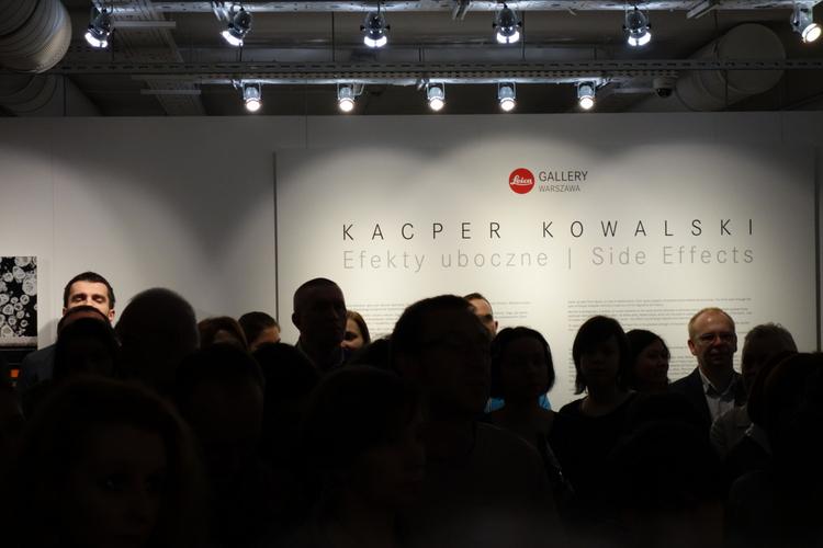 Chwila skupienia tuż przed oficjalnym rozpoczęciem wystawy oraz wystąpieniem autora zdjęć