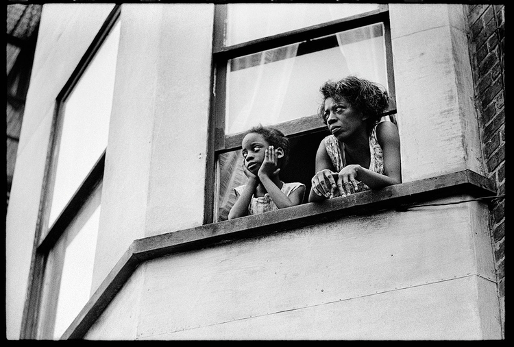 """Zdjęcie z albumu Tell It Like It Is, fot. David Alan Harvey""""Na tej fotografii widać dziewczynkę o imieniu Lois wraz z Callie, jej matką i żoną Jamesa"""""""