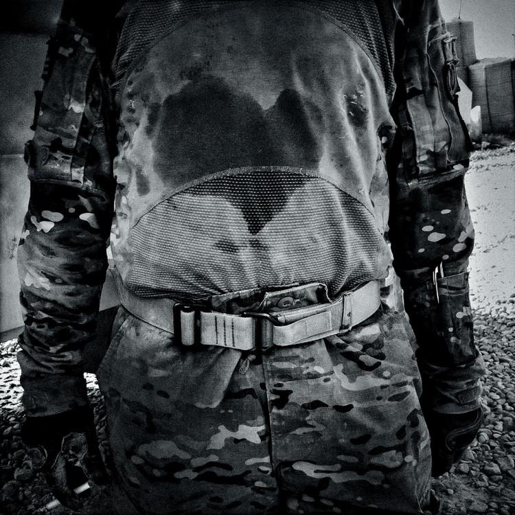 Plama potu w kształcie serca na koszulce amerykańskiego żołnierza z jednostki Pashmul-południe, w prowincji Kandahar w Afganistanie, fot. Dima Gavrysh.