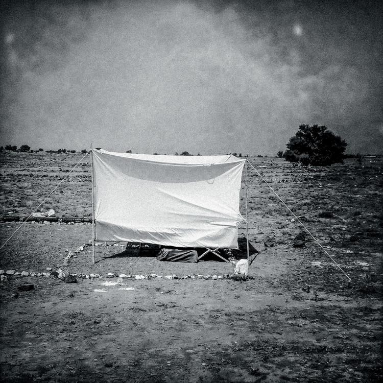 Namiot saperów rozstawiony zaraz obok radzieckiego pola minowego w prowincji Khost, fot. Dima Gavrysh.