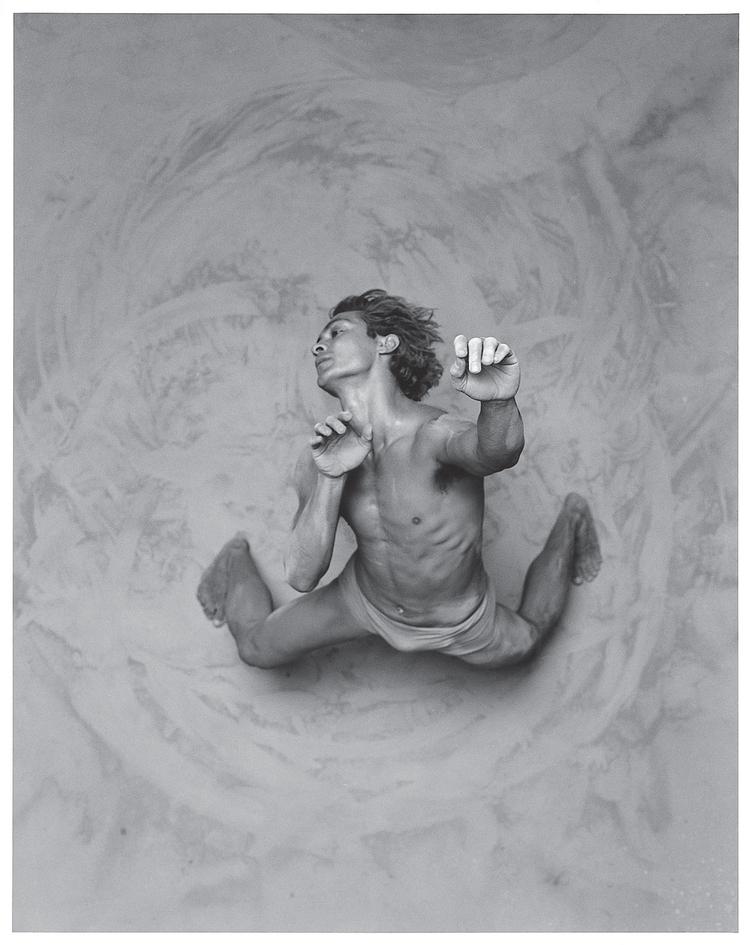 """""""Zdjęcie przedstawia tancerza z aborygeńskiego teatru tańca Bangarra. W tym zdjęciu szczegól- nie lubię ptasią perspektywę i widok śladów ruchu tancerza na ziemi"""" (fot. James Houston)"""