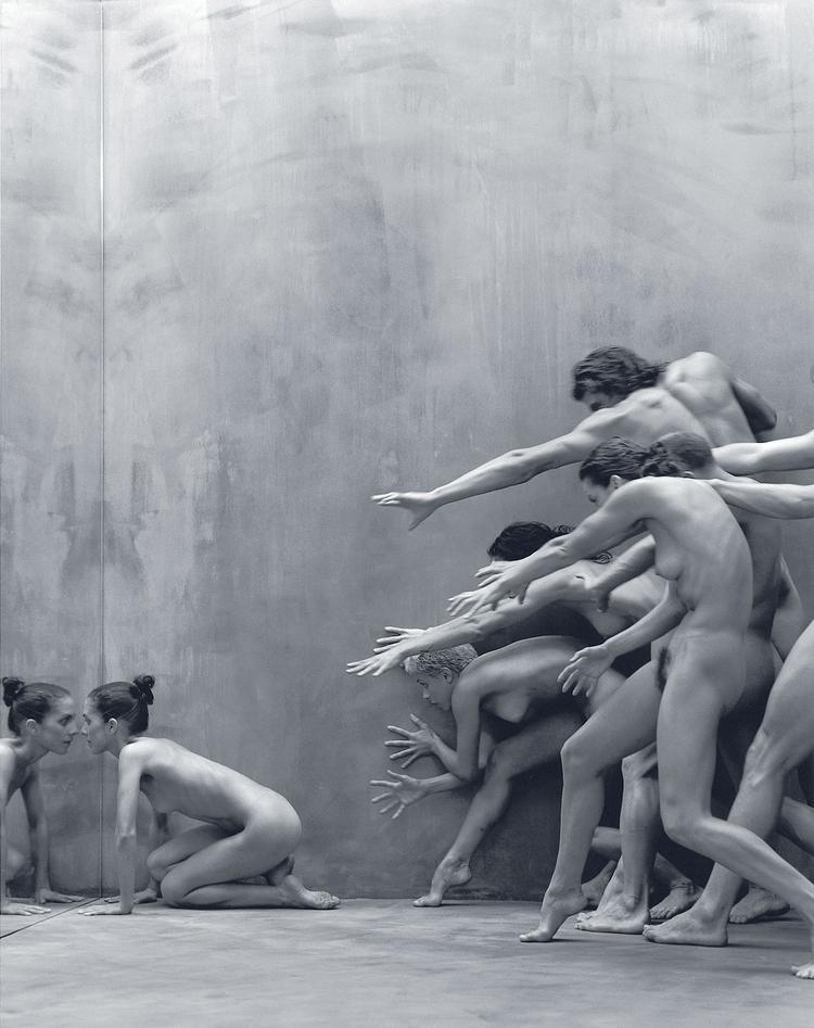 """""""To zdjęcie zRAWMOVES, przedstawia tancerzy Sydney Dance Company. Przed projektem takim jak ten pracuję miesiącami nad pomysłami. Tym zdjęciem chciałem zilustrować lęk, który powstrzymuje nas często przed konfrontacją z tym, kim naprawdę jesteśmy"""" (fot. James Houston)"""