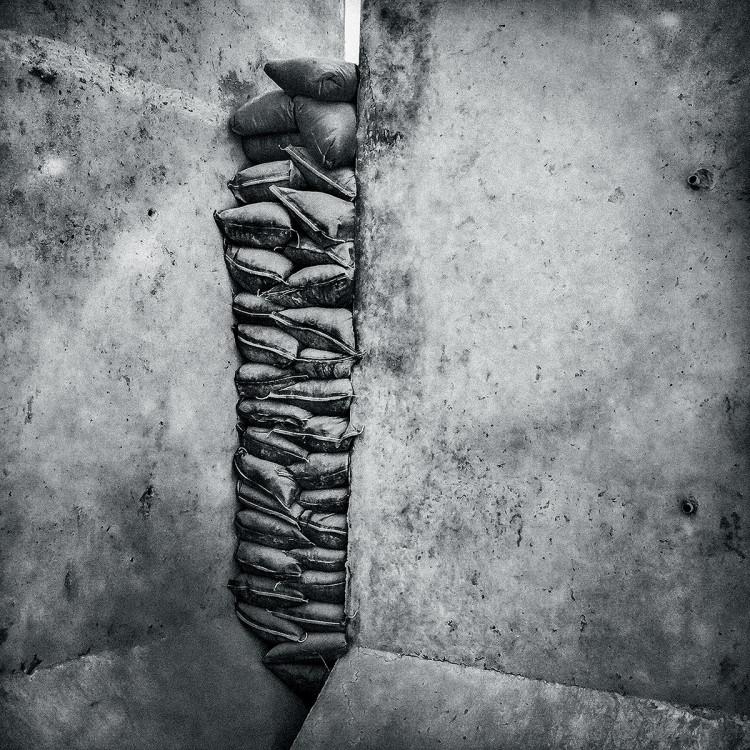 Worki z piaskiem wypełniają lukę w ścianach bazy operacyjnej w prowincji Kandahar, fot. Dima Gavrysh.