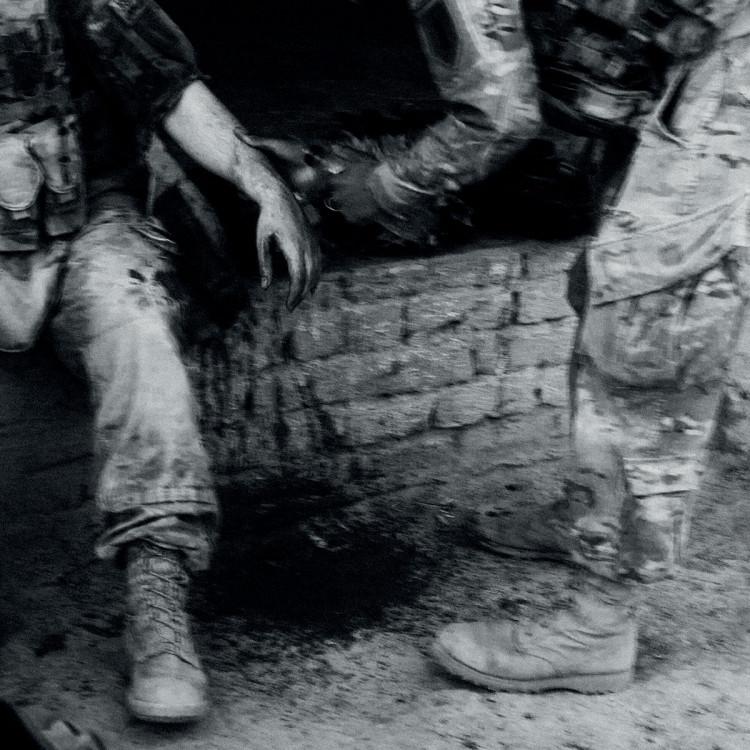 Ranny żołnierz opatrywany przez kolegę podczas akcji w prowincji Kandahar, fot. Dima Gavrysh.