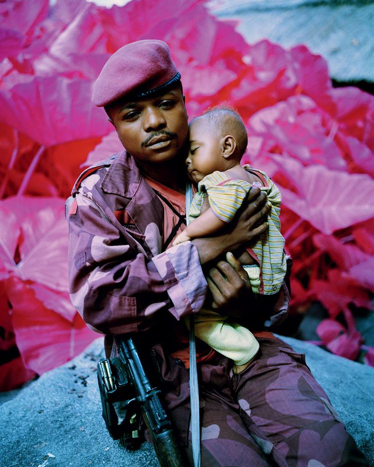 Richard Mosse, żołnierz z dzieckiem, wojna w Kongo, fotoreportaż