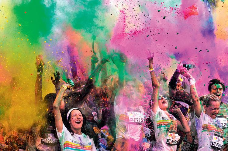 Pokaż pasję  Sport nie sprowadza się tylko do aktywności fizycznej. Twoim zadaniem jest uchwycenie emocji, jakie towarzyszą danej dyscyplinie sportu. Sfotografuj zatem koniecznie uroczystość dekorowania zwycięzców, ale kieruj również obiektyw na trybuny, na których często widoczne są kolory i chaos.