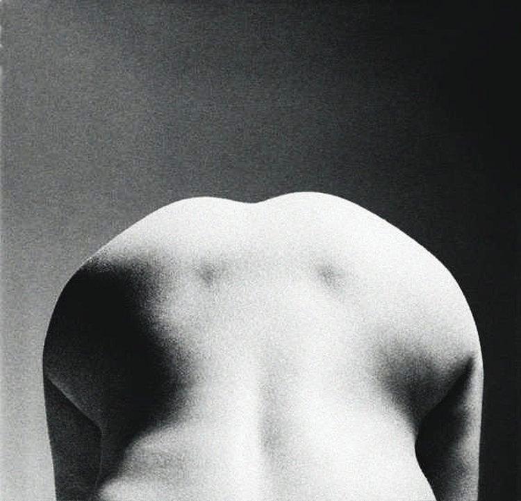 To pozornie proste zdjęcie jest efektem użycia bezpośrednio padającego światła, które wyciąga mocno zarysowane krawędzie ciała modelki, podkreśla również linię kręgosłupa. Zacieniony obszar zdjęcia w tle idealnie podkreśla formę (fot. John Freeman).
