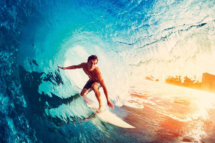 Zanurz się w świecie sportów wodnych   Wiele sportów uprawia się w wodzie. Choć fotografowanie z suchego brzegu przynosi czasami dobre efekty, to jeśli chcesz stworzyć obrazy, które przeniosą oglądających do innego świata, jedyną możliwością jest wejście do wody wraz z zawodnikami. Niestety Twój drogi aparat nie jest wodoszczelny, więc musisz dokupić do niego obudowę, która umożliwi Ci fotografowanie bez ryzyka utopienia lustrzanki. Obsługiwanie aparatu zamkniętego w obudowie podwodnej, takiej jak Ewa -Marine, jest nieco bardziej skomplikowane, ale odrobina ćwiczeń sprawi, że będziesz w stanie bez trudu zmieniać ustawienia pod powierzchnią wody. Alternatywą dla fotografowania dużą lustrzanką może być też zakup wodoszczelnego kompaktu, z którym można po prostu od tak wskoczyć do wody. Takie wodoodporne aparaty mają w swojej ofercie firmy Canon, Nikon, Olympus, Fujifilm i inni.