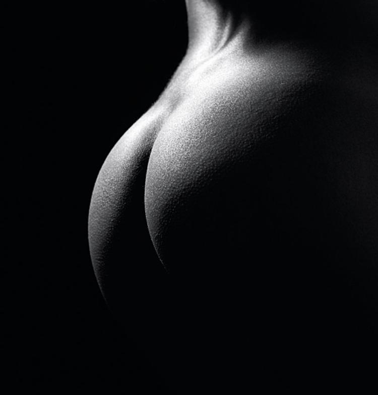 Zdjęcie jest nawet prostsze od poprzedniego, ale równie efektowne. Jedno źródło światła rozświetla delikatnie mały obszar pośladków i początek pleców. Ponownie podkreśla linie kręgosłupa i fakturę skóry modelki (fot. John Freeman).
