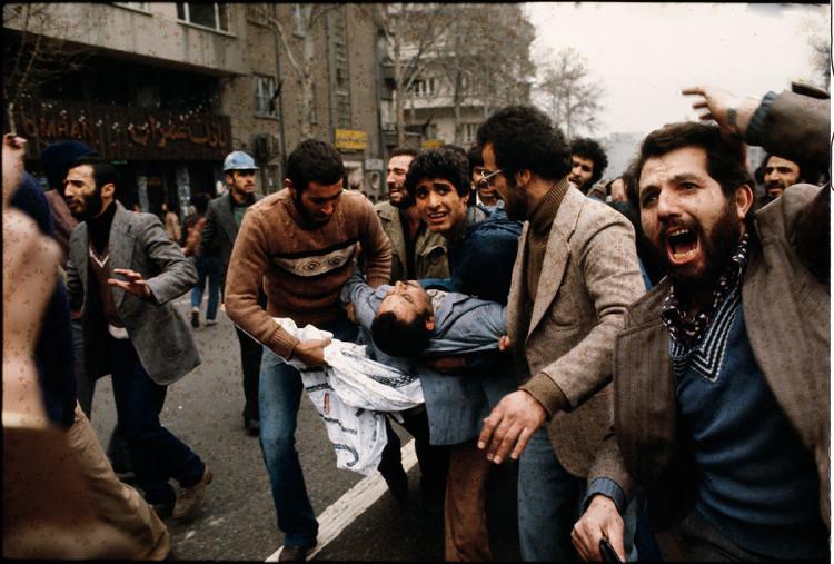 Teheran. Ranni demonstranci niesieni do karetki, fot David Burnett