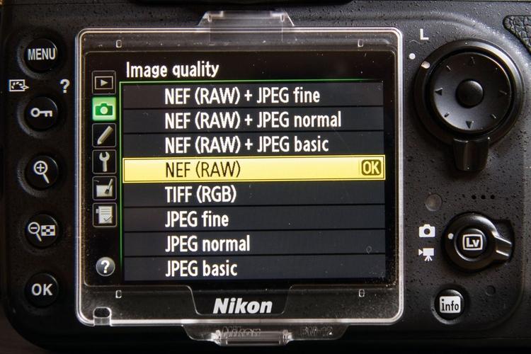 Rejestruj zdjęcia w formacie RAW W pliku RAW, będącym rodzajem cyfrowego negatywu, przechowywane są wszystkie informacje o kolorze, zatem masz całkowitą swobodę działania. Możesz później poprawić konwersję do czerni i bieli, a nawet przywrócić barwy, jeśli zechcesz.