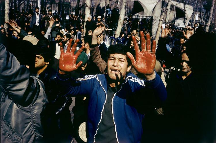Rewolucja ajatollahów w Iranie. Student został zastrzelony przez strażników szacha, fot David Burnett