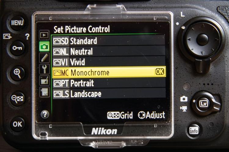 Włącz tryb monochromatyczny Odpowiednią funkcję w Nikonie znajdziesz w menu Przetwarzanie obrazu, zaś w Canonie – Style obrazu. Umożliwi Ci ona obejrzenie na wyświetlaczu fotografowanej sceny w czerni i bieli oraz zachowanie wszystkich informacji o kolorze w pliku RAW. To też świetny sposób na podgląd sceny w trybie Live View.