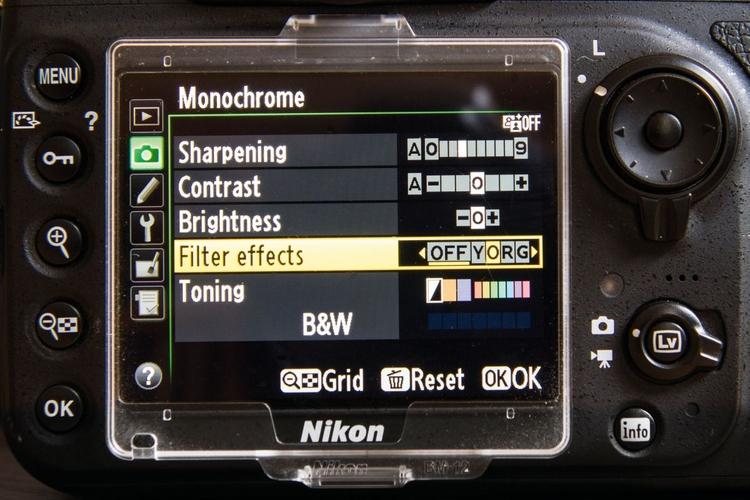 Dopasuj ustawienia W trybie Monochromatyczny dostępnych jest kilka dodatkowych opcji. Obok narzędzi pozwalających regulować kontrast i jasność, znajdziesz takie elementy kontrolne, jak kolorowe filtry. Działają one w taki sam sposób, jak filtry zakładane na obiektyw, zmieniając jasność kolorów sceny.