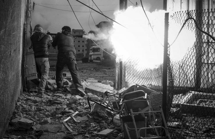 "I nagroda w kat. Spot News - reportaż,  ""Rebels Attack Government Checkpoint"", fot. Goran Tomasevic"