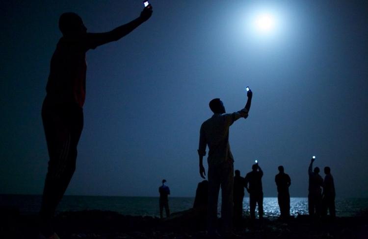 """World Press Photo of the Year, I nagroda w kat. Problemy współczesne - zdjęcie pojedyncze, """"Signal"""", fot. John Stanmeyer"""