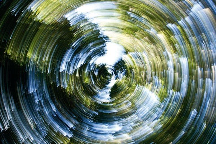(1/4 s) By uzyskać efekt rozmycia, wcale nie potrzebujemy poruszającego się obiektu. Tutaj oświetlone korony drzew zostały zmienione w coś bardziej abstrakcyjnego dzięki obróceniu aparatu skierowanego w górę wokół własnej osi, w czasie gdy migawka była otwarta (fot. Helen Armstrong).