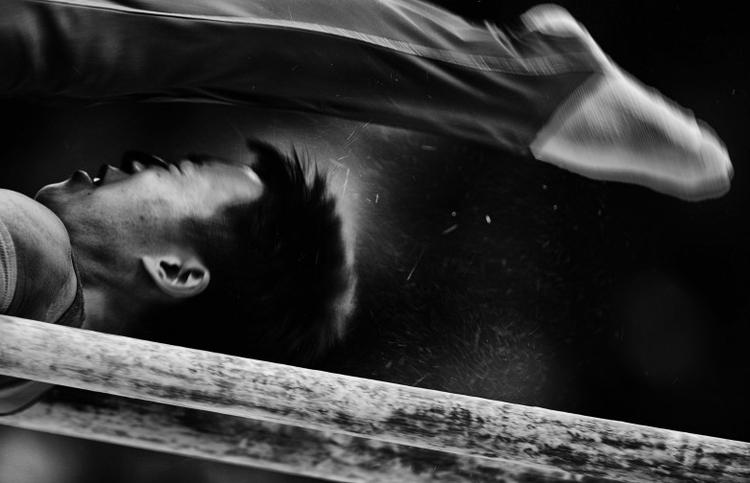 "I nagroda w kat. Akcja sportowa - reportaż,  ""Competition on bars"", fot. Jia Guorong"