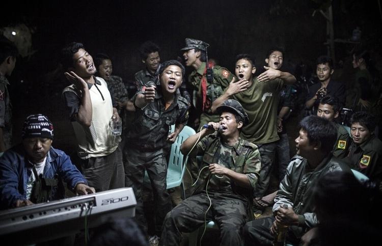 """I nagroda w kat. Życie codzienne - zdjęcie pojedyncze, """"Kachin fighters"""", fot. Julius Schrank"""