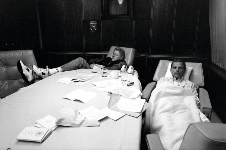 Śpiący w Air Force One Bill Clinton, fotografia Bob McNeely