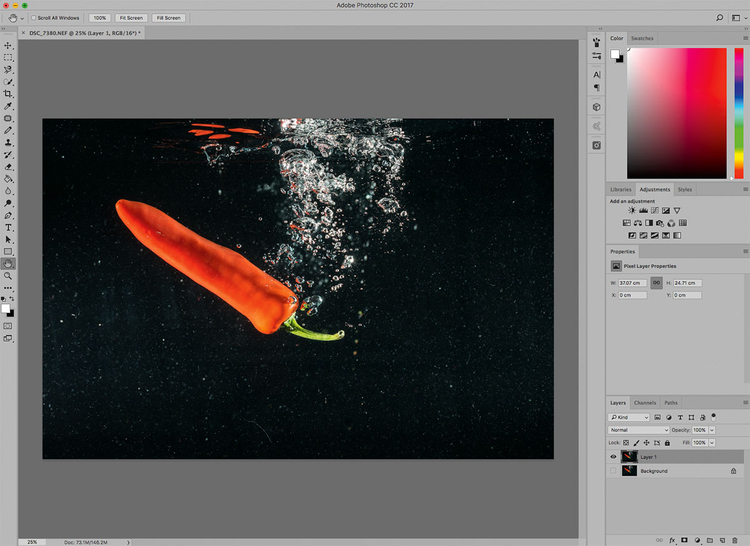Przenieś zdjęcie do programu Photoshop i umieść je na warstwie. Utwórz nową pustą warstwę i wypełnij ją czarną farbą, a następnie umieść tę warstwę poniżej Twojego obrazu. Dodaj maskę do warstwy obrazu w celu umożliwienia sobie zamalowania niechcianych elementów.