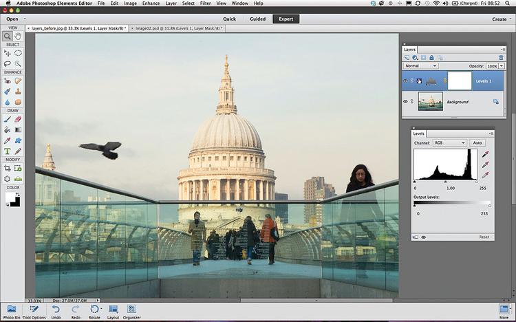 Dodajemy warstwę dopasowaniaNie będziemy edytować warstwy Tło bezpośrednio, lecz zmienimy kolory i tonalność za pomocą warstw dopasowania. Z menu głównego wywołaj polecenie Warstwa>Nowa warstwa dopasowania>Poziomy. Kliknij przycisk OK. Miniaturka warstwy Poziomy 1 pojawi się powyżej warstwy ze zdjęciem tła.