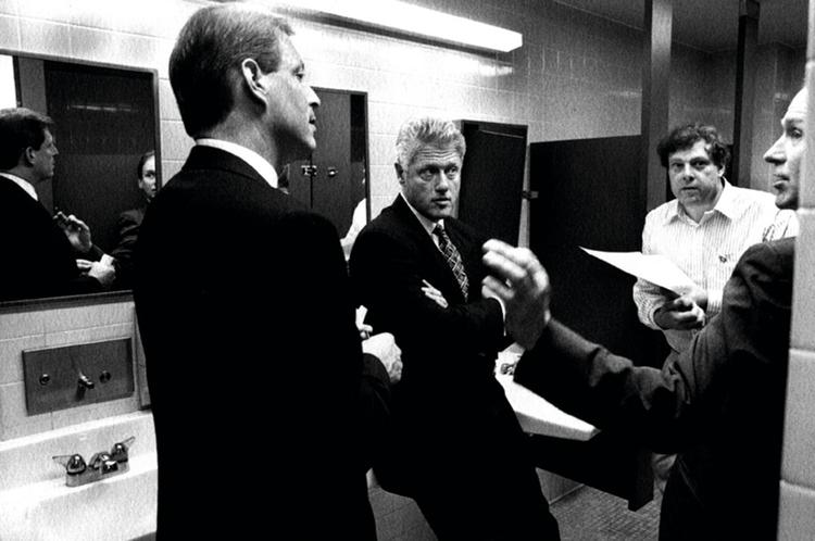 Dyskusja Billa Clintona ze współpracownikami w toalecie Białego Domu, fot. Bob McNeely