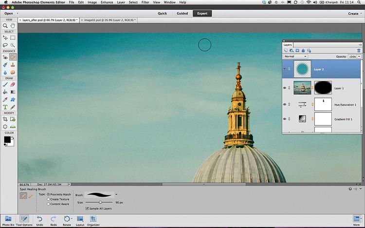 Usuwamy samolotNaciśnij [Cmd]/[Ctrl]+[D], aby usunąć zaznaczenie. Wywołaj polecenie Warstwa>Nowa>Warstwa i kliknij przycisk OK. Chwyć Punktowy pędzel korygujący. Na pasku opcji narzędzia zaznacz pole wyboru Zgodność z otoczeniem. Wybierz opcję Ze wsz. warstw, a następnie zamaluj samolot, by zastąpić go niebem. podstawy photoshopa SzkołaPhotoshopa Digital Camera Polska Lipiec 2013