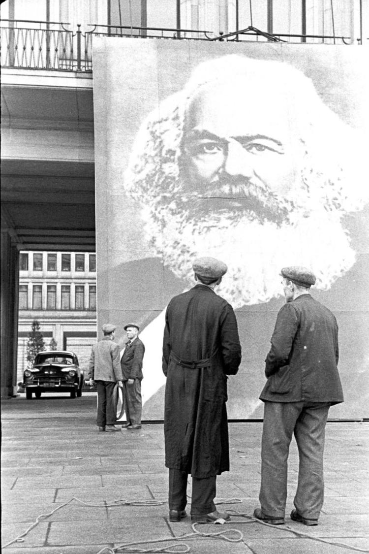 Przed Domem Partii, 1958, fot. Tadeusz Rolke