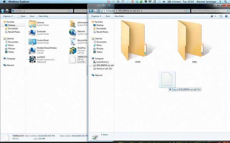 Przygotowujemy aparat do aktualizacjiKopiujemy rozpakowany folder na kartę - do pierwszego foldera, który otwiera się po podpięciu karty do komputera. Wyjmujemy kartę i z powrotem wkładamy do aparatu.