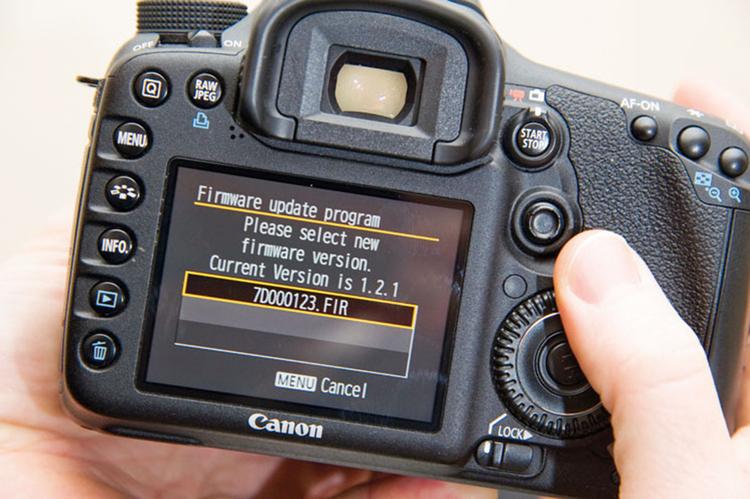 Instalujemy aktualizacjęSprawdzamy, czy baterie są w pełni naładowane, włączamy aparat. Przez menu aparatu wybieramy opcję uaktualnienia oprogramowania i postępujemy zgodnie z poleceniami na ekranie. Aktualizacja się rozpoczyna.