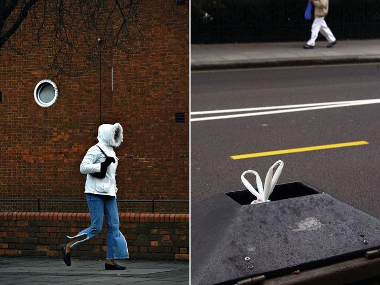"""Po lewej: Dziewczyna w kapturze, Londyn, 2004, fot. Nils Jorgensen """"Ujęcie zrobione z samochodu w oczekiwaniu na zielone światło. Zauważyłem tą dziewczynę w kurtce z kapturem idącą po chodniku, jeszcze zanim dojechałem do skrzyżowania. Miałem nadzieję, że minie to okrągłe okno, nim światło zmieni się na zielone. Lubię obiektywy z dużym zoomem, bo w wielu sytuacjach nie można podejść tak blisko, jak by się chciało"""".  Po prawej: Siatka w koszu, Londyn, 2004, fot. Nils Jorgensen""""Rozbawił mnie widok uszu od worka wystającego z kosza na śmieci, w zestawieniu z liniami na jezdni. Za moment pojawił się mężczyzna, którego postać dopełniła całości""""."""