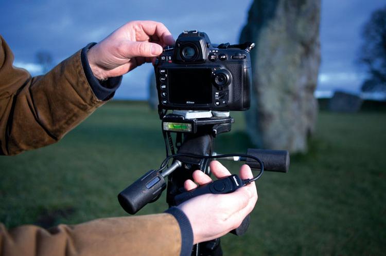 Stabilizujemy aparat By mieć pewność, że w czasie 30 s ekspozycji aparat się nie poruszy, najlepiej zainstalować go na statywie. Włączając opcję wstępnego uniesienia lustra, unikniemy wibracji przy zwalnianiu migawki, pamiętajmy też o pilocie lub samowyzwalaczu.