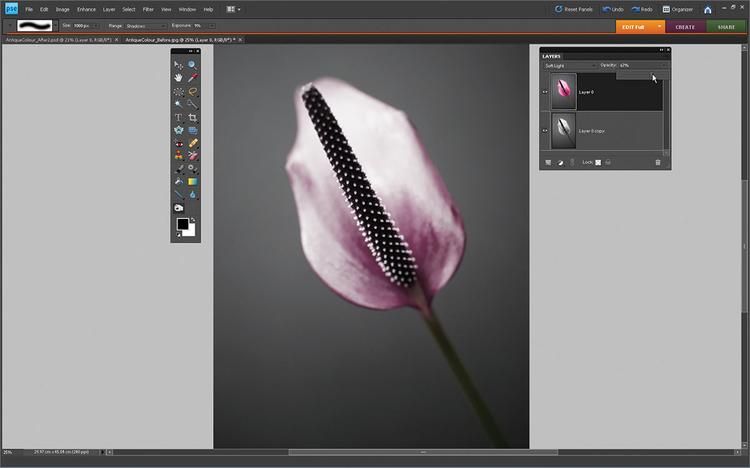 Poprawiamy kolory Czarno-białą warstwę Kopia przesuwamy pod warstwę 0. Tryb mieszania warstwy 0 ustawiamy na Miękkie światło. Redukujemy jego Krycie do 67%. Kombinacja mieszania warstw i krycia sprawiła, że zdjęcie ma bardziej delikatne kolory, przypominające styl ręcznie robionych odbitek.