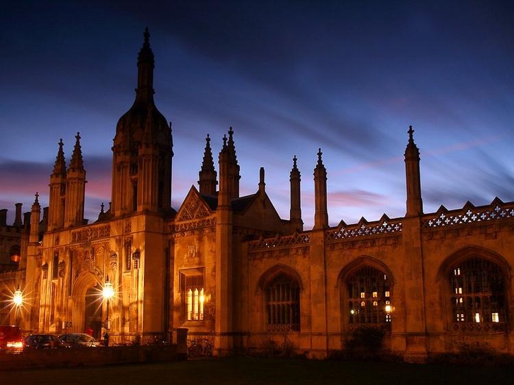 Fotografowanie nocą może dodać scenie dramatyzmu, szczególnie jeżeli budynki są oświetlone. Zamontujcie aparat na statywie i uważajcie na przepalenia (fot. James Appleton)