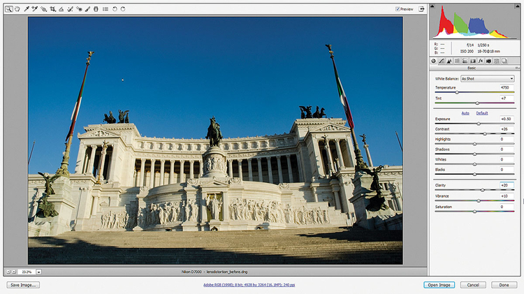 Otwieramy w Adobe Camera Raw W Adobe Bridge znajdź i kliknij dwukrotnie plik poprawiamy_zdjecia_architektury_kurs_photoshop.dng, aby otworzyć zdjęcie w ACR. Użyj suwaków w zakładce Podstawowe do wyregulowania kolorystyki. Ustaw Ekspozycję na +0,50, Kontrast na +26, Przejrzystość na +20, a Jaskrawość na +10.