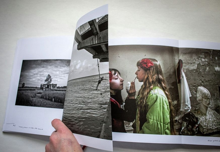 """""""Woman With a Monkey"""" Justyny Mielnikiewicz Fotograficzną Publikacją Roku"""