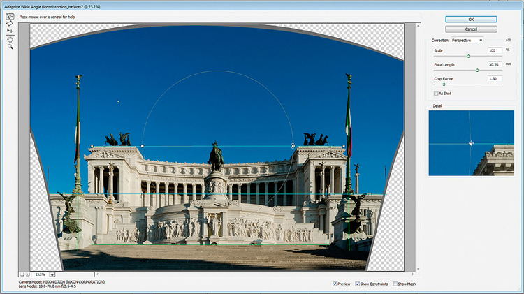 Adaptacyjny szeroki kąt znacznie ułatwia korygowanie dystorsji i prostowanie pionów. Podobnie jak w przypadku narzędzi korekcji zniekształceń obiektywu w ACR i Photoshopie, nowy filtr automatycznie rozpoznaje rodzaj obiektywu. Polecenie to pozwala rozmieścić linie wzdłuż krawędzi, które powinny być proste, dzięki czemu doskonale nadaje się do korygowania zniekształceń na zdjęciach architektury. Jest to również doskonałe narzędzie do prostowania zbiegających się pionów, ponieważ umożliwia narysowanie linii wzdłuż pionowych obiektów, takich jak słupy z flagami na naszym zdjęciu, a następnie - przytrzymując klawisz Shift - wyprostować je, w celu uzyskania idealnie pionowych elementów.