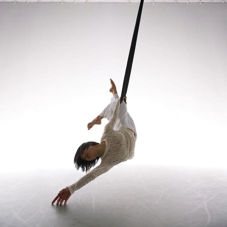 """Melt, 2010  """"Ostatnie zdjęcie prezentuje taniec w powietrzu, z dużą ilością światła skierowanego na tło. By uchwycić odpowiedni moment, skierowałem światło także na tancerkę """" (fot. Chris Nash)."""