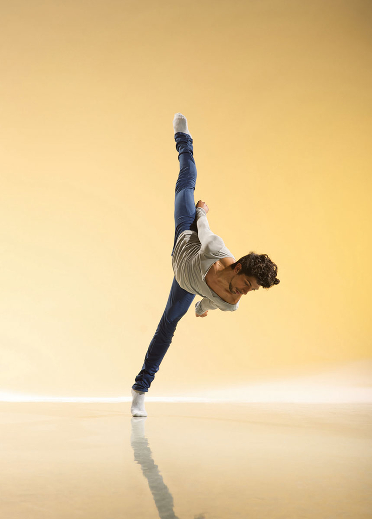 """Richard Alston Dance  Company, 2010  """"Zdjęcie do projektu Lie of the land. Zrobiłem je w studiu, korzystając zdużego tła. Na lampy oświetlające tło nałożyłem kolorowe filtry. Jedna z głównych lamp oświetla tancerza, natomiast reszta tło"""" (fot. Chris Nash)."""