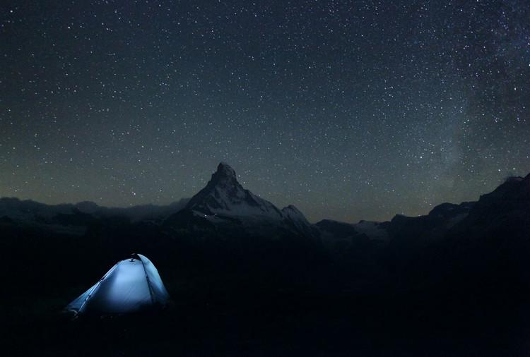 Noc spędzona pod namiotem w sąsiedztwie Matterhornu. - zdjęcie Karola Nienartowicza
