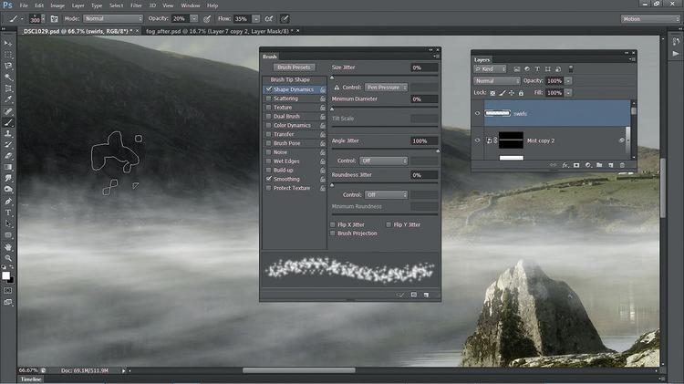 Malujemy losowo mgłę W ustawieniach Pędzla wybierz Bryzganie 14. Wywołaj Okno>Pędzle>Kształt końcówki pędzla. Określ Rozmiar 300 px, a Odstępy 50%. Zaznacz opcję Dynamika kształtu i wpisz wartość 100% w pozycji Kąt. Pomaluj obraz, aby stworzyć mgłę na linii wody.