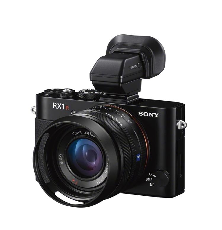 Do Sony RX1R można podłączyć wizjer elektroniczny i założyć osłonę na obiektyw, któa zapobiega powstawaniu flar na zdjęciach