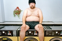 Johnny Vegas, portret w pralni - sesja z celebrytami - Muir Vilder