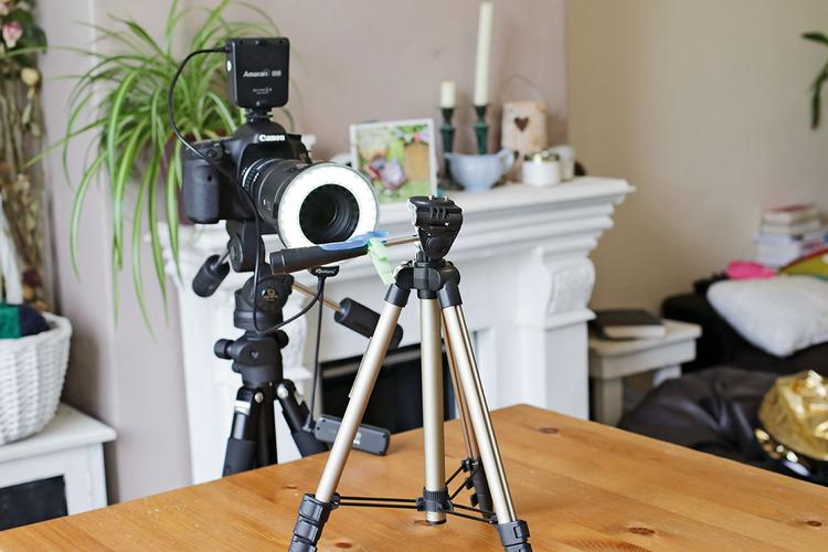 Zaaranżuj scenę Zamocuj aparat na statywie. Ustaw przysłonę f/8 i dobierz czas migawki. Przełącz aparat w tryb ręcznego ustawiania ostrości i zogniskuj obiektyw na obszarze znajdującym się najbliżej.