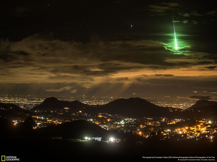 "Wyróżnienie w kategorii ""Krajobraz"" - ""Serendipitous Green Meteor"", fot. Prasenjeet Yadav | NG Nature Photographer of the Year 2016"